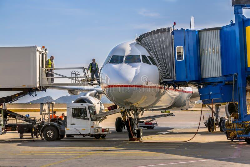 Passagierflugzeugflugzeug angekoppelt am Tor lizenzfreies stockbild
