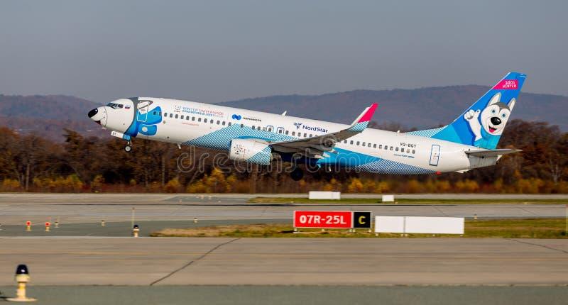 Passagierflugzeugflugzeug Boeing 737-800 von NordStar-Fluglinien entfernt sich Rumpf wird als Hundsibirischer husky gemalt stockfotografie