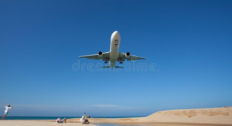 Passagierflugzeuglandung über Meer in der Sommersaison lizenzfreie stockfotografie