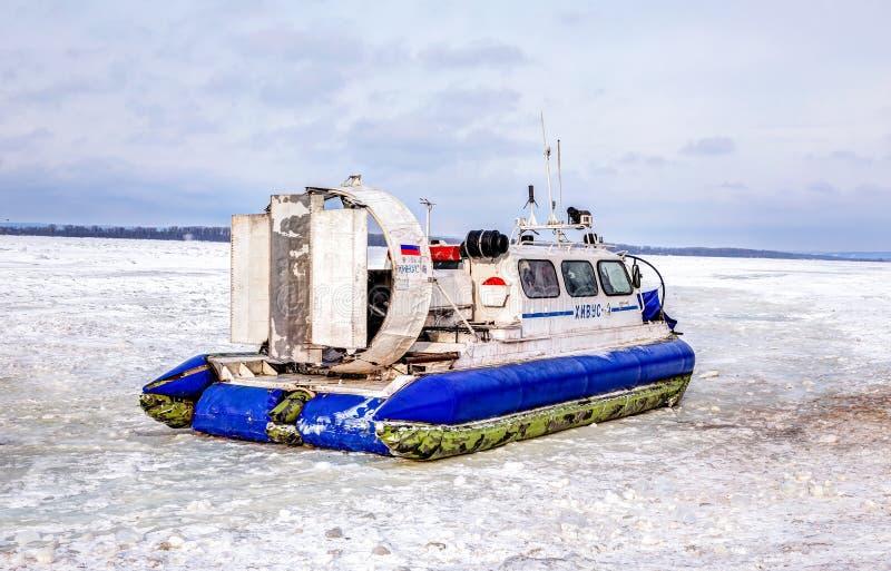 Passagierluftkissenfahrzeug Hivus-4 auf dem Eis des gefrorenen Volga rive stockbilder