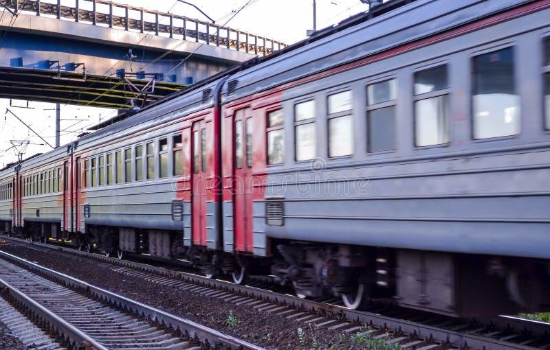 Passagiernahverkehrszug in der Bewegung Russland lizenzfreie stockbilder