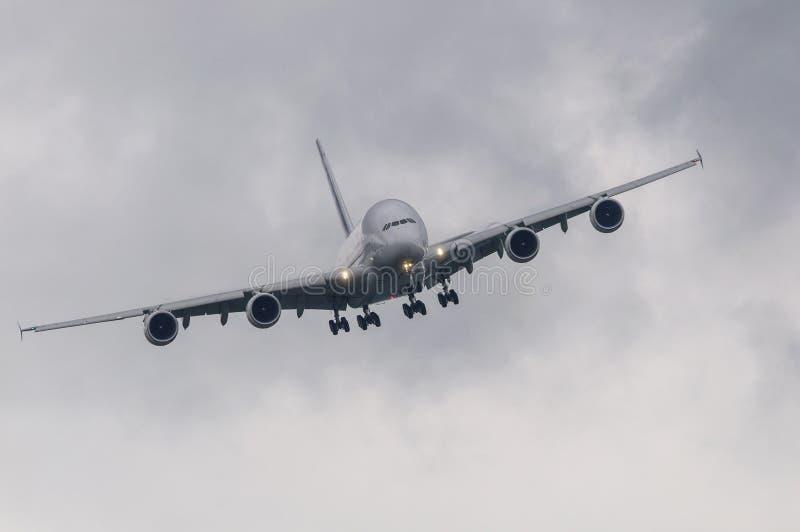 Passagierpassagierflugzeug im schlechten Wetter lizenzfreie stockbilder