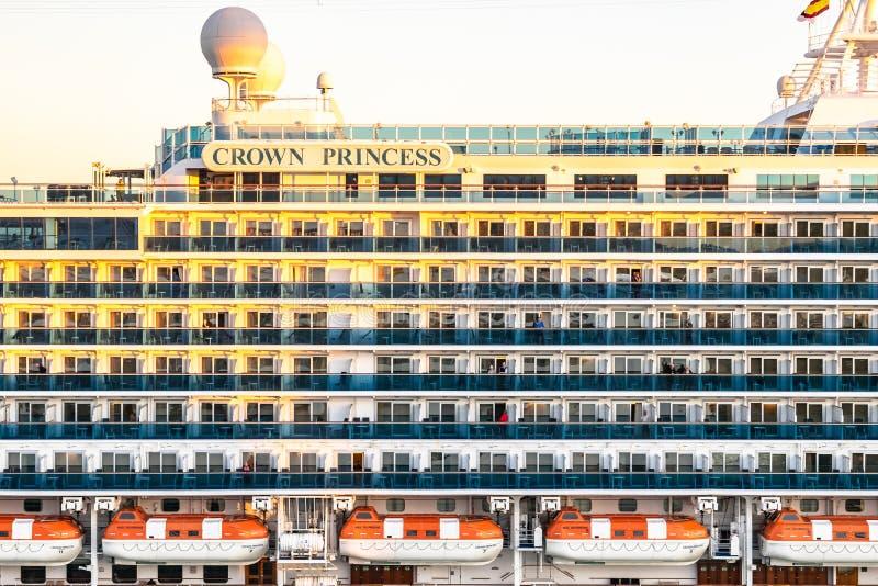 Passagierprunksaalbalkone und Rettungsboote auf Kronprinzessin Cruise Ship, bei Sonnenuntergang stockfotografie