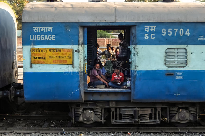 Passagiers in bagagebus, Indische Spoorweg, Jalgaon stock foto's