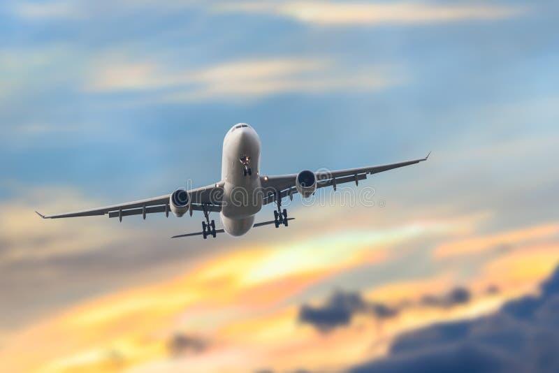 Passagiers bedrijfsvliegtuigstart en het vliegen in hemelzonsondergang, u royalty-vrije stock afbeelding