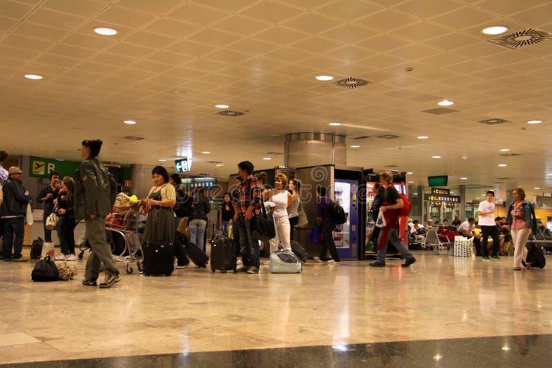 Passagiers bij de luchthaven van Madrid stock foto