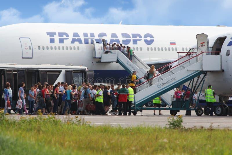 Passagiers bij het inschepen aan vliegtuig van luchtvaartlijn Transaero royalty-vrije stock foto's
