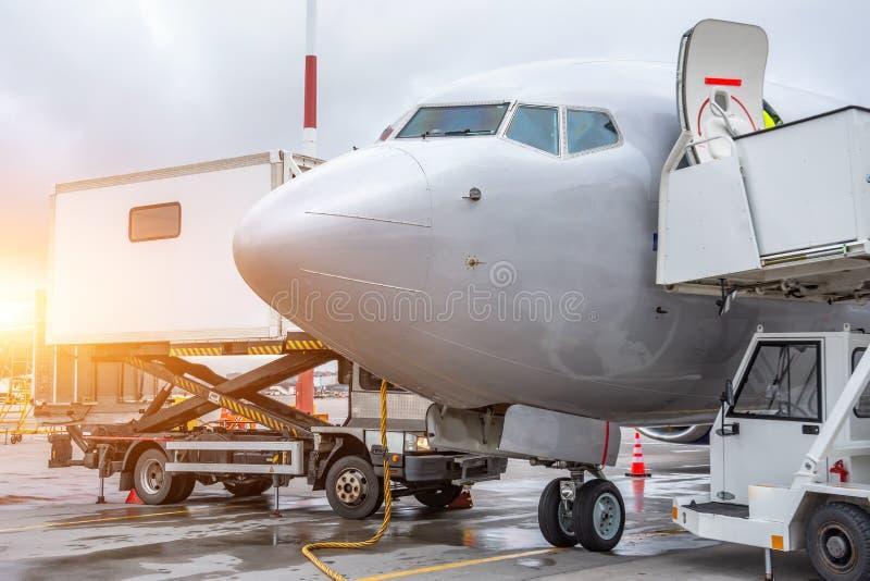 Passagiers commerciële vliegtuigen, mening van de cockpit De vluchtdienst na het aankomen bij de luchthaven royalty-vrije stock afbeeldingen