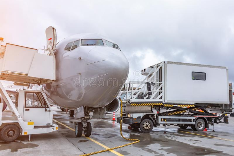 Passagiers commerciële vliegtuigen, mening van de cockpit De vluchtdienst na het aankomen bij de luchthaven stock afbeeldingen