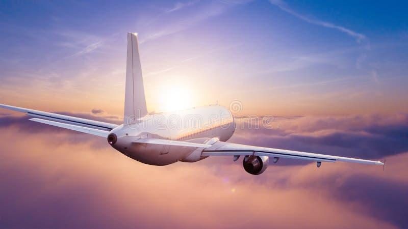 Passagiers commercieel vliegtuig die boven wolken vliegen royalty-vrije stock afbeelding