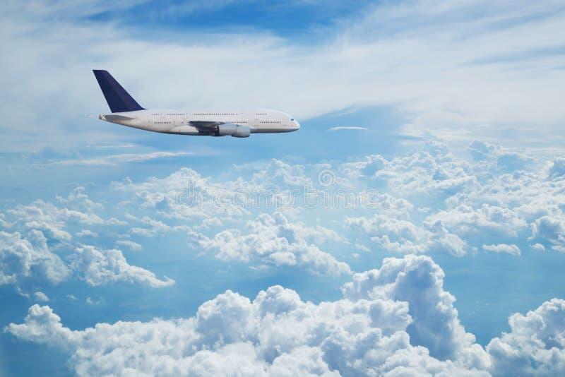 Passagiers commercieel vliegtuig die boven wolken vliegen royalty-vrije stock foto