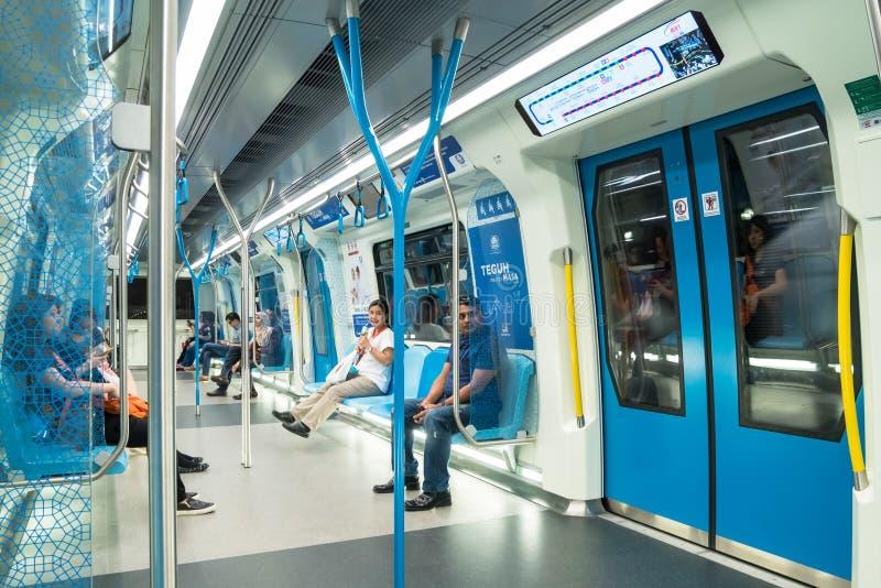 Passagiers in de recentste MRT Massa Snelle Doorgang MRT is het recentste openbaar vervoersysteem in Klang-Vallei van Sungai Bul stock fotografie