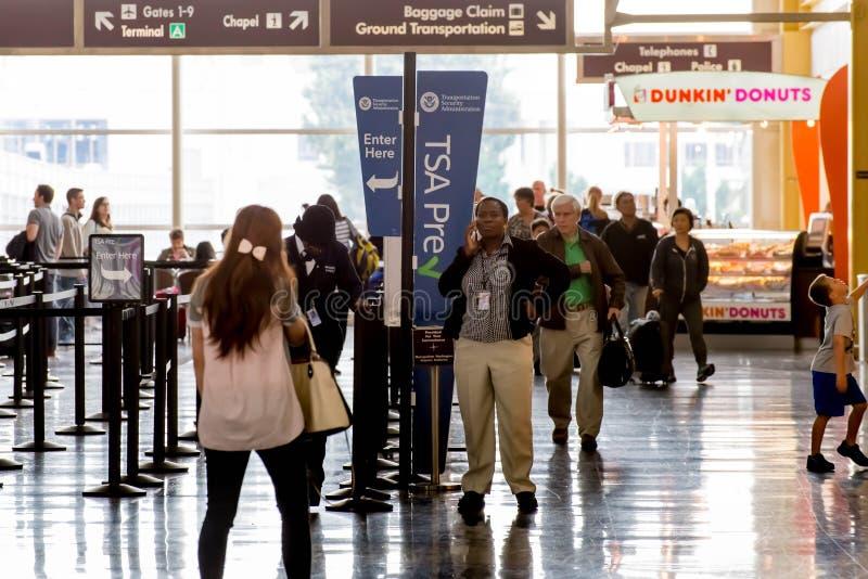 Passagiers in de TSA-lijn in een luchthaven royalty-vrije stock foto's