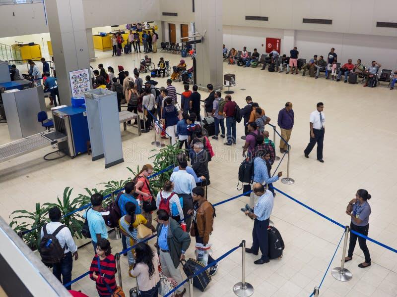 Passagiers die in de rij op veiligheidscontrole bij de Internationale Luchthaven van Sri Lanka wachten Bandaranaike stock afbeeldingen