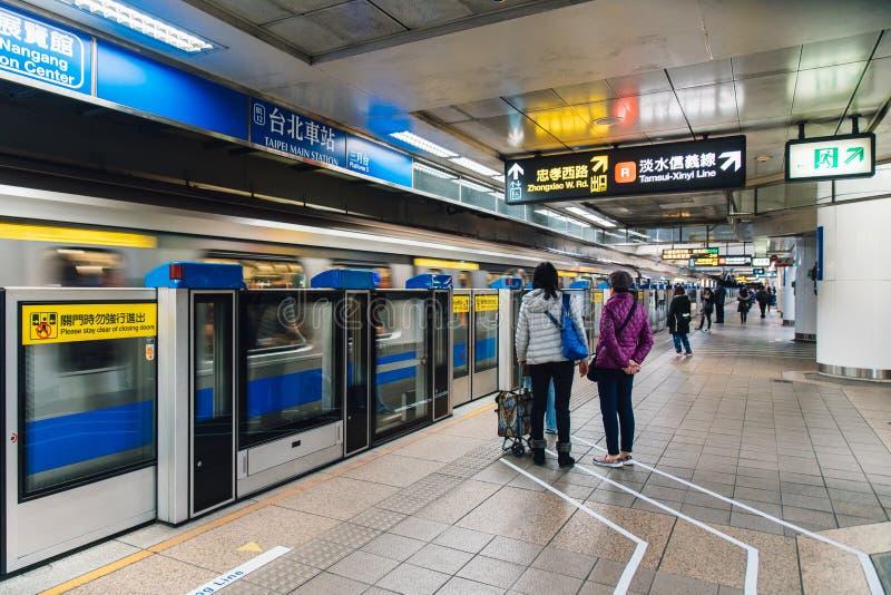 Passagiers die de trein wachten bij vervoersplatform in het ondergrondse station van Taiwan Massadoorgang in Taipeh, Taiwan stock foto