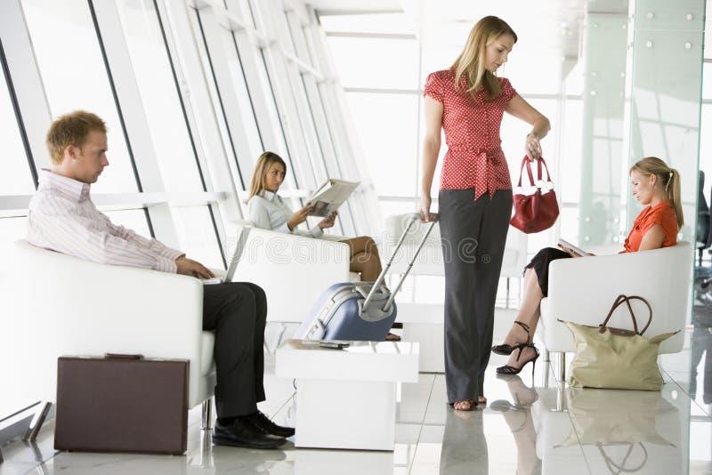 Passagiers die in de zitkamer van het luchthavenvertrek wachten royalty-vrije stock foto's