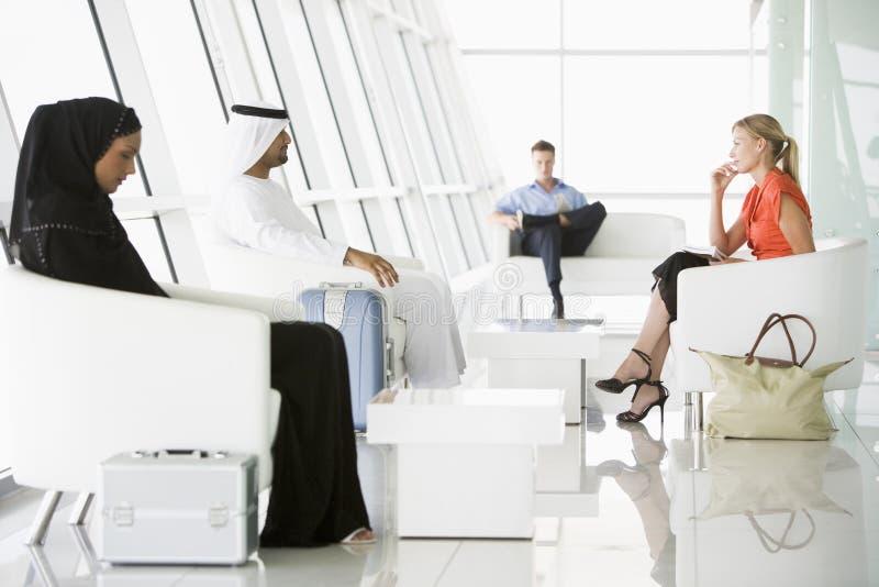 Passagiers die in de zitkamer van het luchthavenvertrek wachten royalty-vrije stock foto