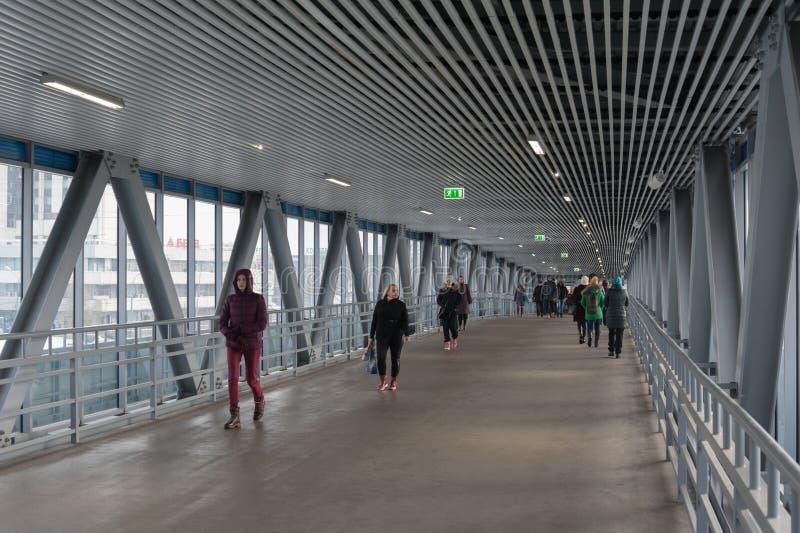 Passagiers die door subsurface passage komen De Centrale Cirkel van Moskou royalty-vrije stock afbeeldingen