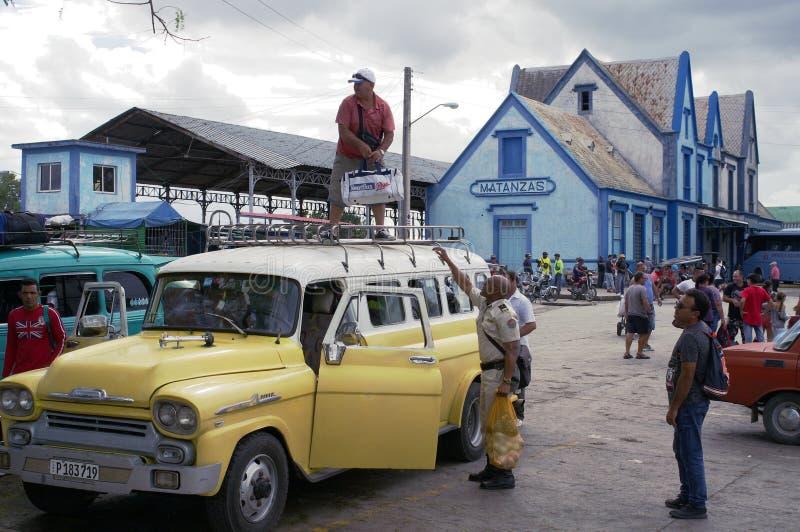 Passagiers die een inbare taxi in Cuba laden royalty-vrije stock foto