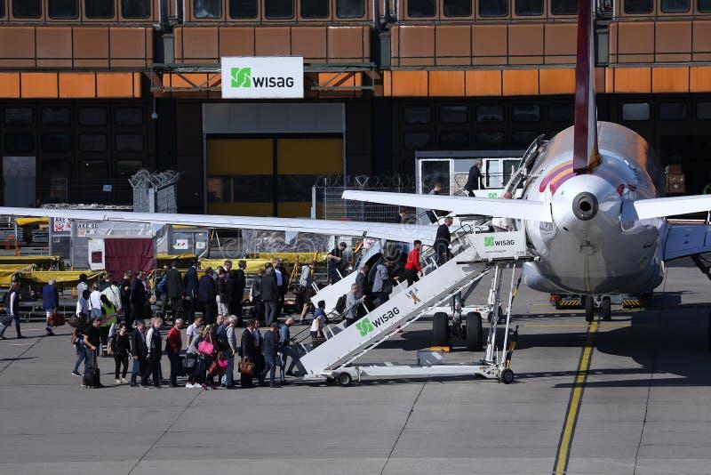 Passagiers die in een luchthaven bij terminal krijgen royalty-vrije stock fotografie