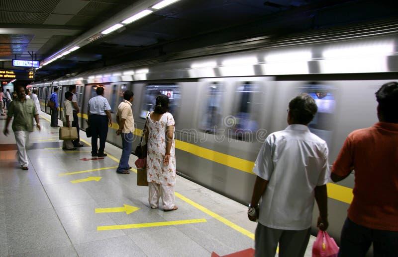 Passagiers die metro op trein, Delhi wachten