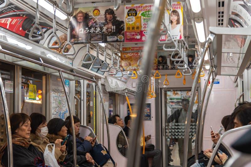 Passagiers in een trein van de post van Tokyo en het gaan naar Ueno-post royalty-vrije stock afbeelding