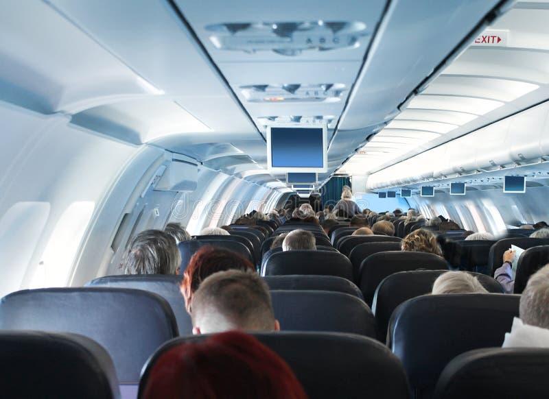 Passagiers in het binnenland van de vliegtuigcabine stock foto's