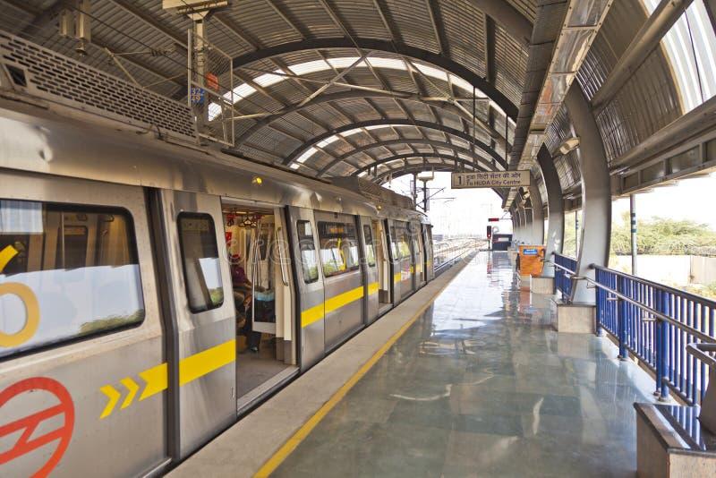 Passagiers in metro post met het aankomen trein stock foto