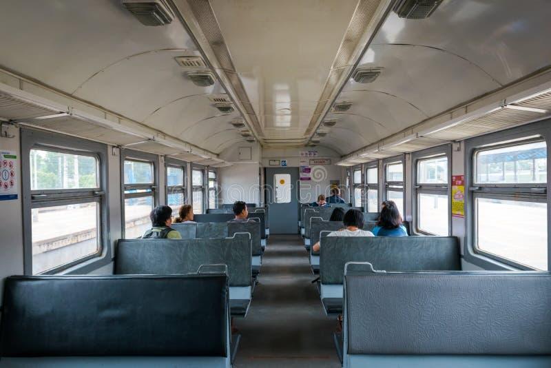 Passagiers in oude trein in Moskou, Rusland stock fotografie