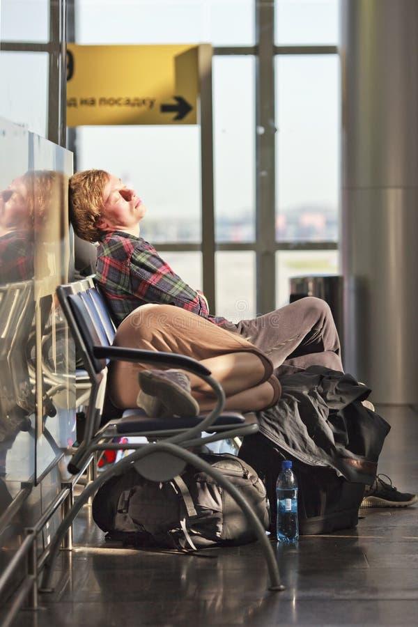 Passagiers van het wachten, Domodedovo-Luchthaven, Moskou worden vermoeid dat stock afbeelding