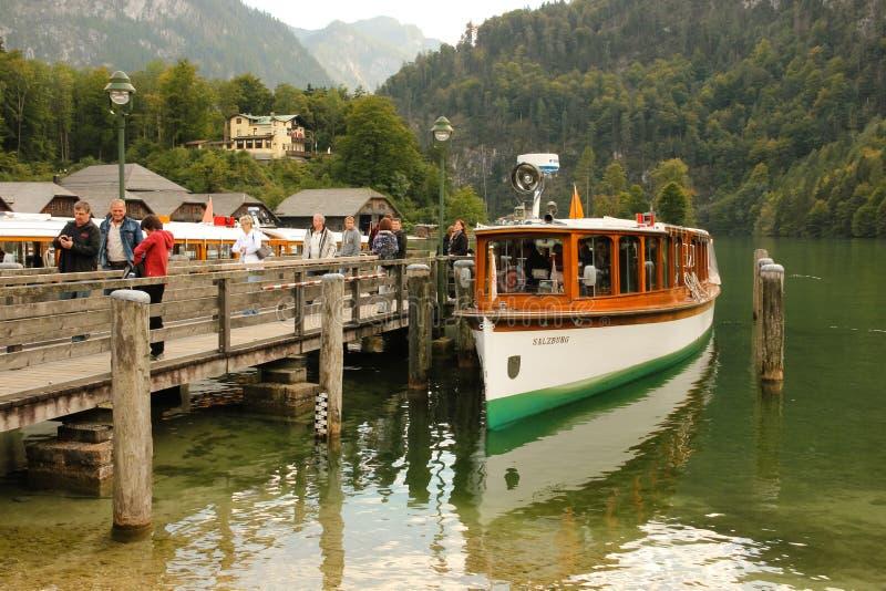 Passagiersboot en pijler. Konigssee. Duitsland stock foto