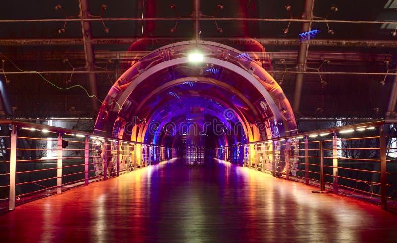 Passagiersbrug in discolicht stock afbeeldingen