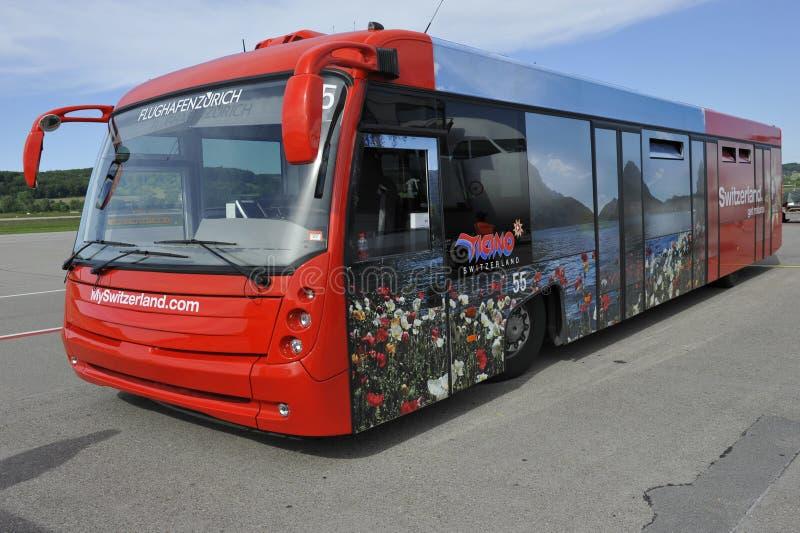 Passagiersbus bij Luchthaven Zürich, Zwitserland stock foto