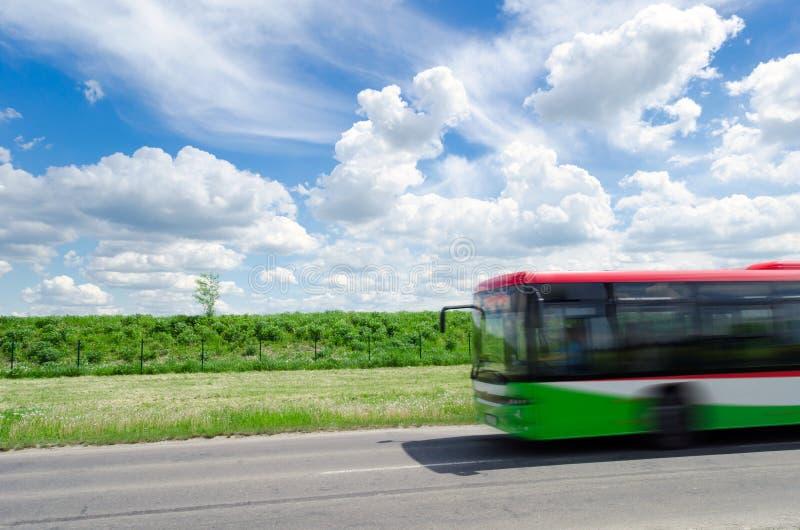 Passagiersbus op weg stock foto