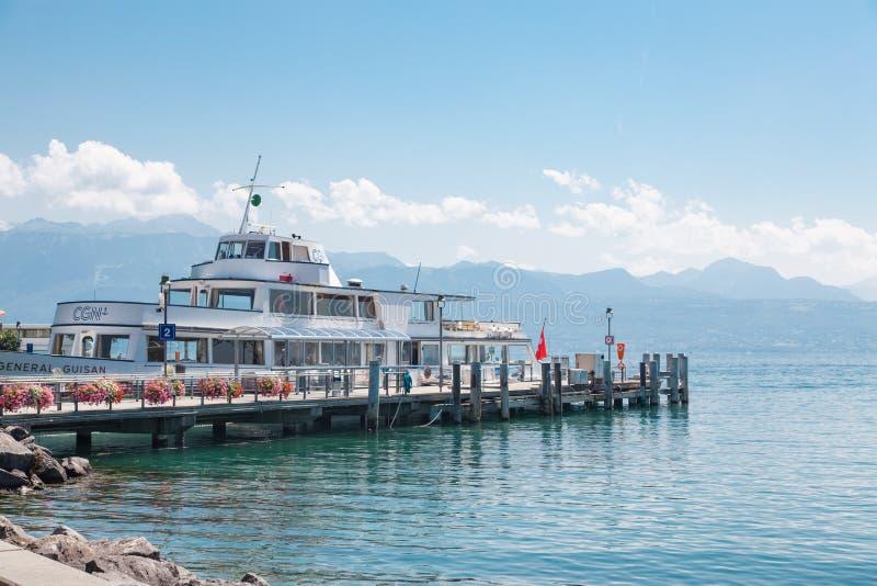 Passagierschiff angekoppelt am Pier in Hafen Lausannes Ouchy, die Schweiz auf See Leman, Geneva See lizenzfreie stockbilder