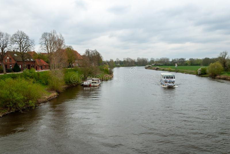 Passagierschiff auf dem Fluss Weser stockfotografie