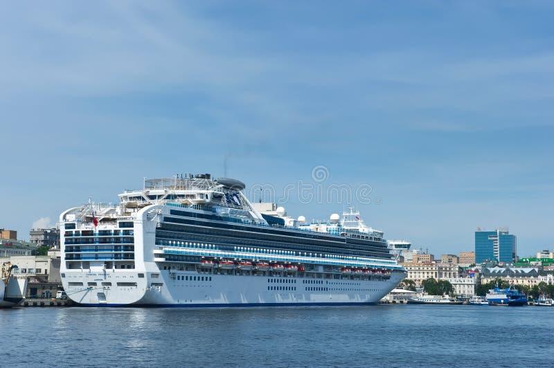 Passagierschiff Diamond Princess im Hafen Wladiwostok Ost (Japan-) Meer Russland 02 09 2015 stockbild