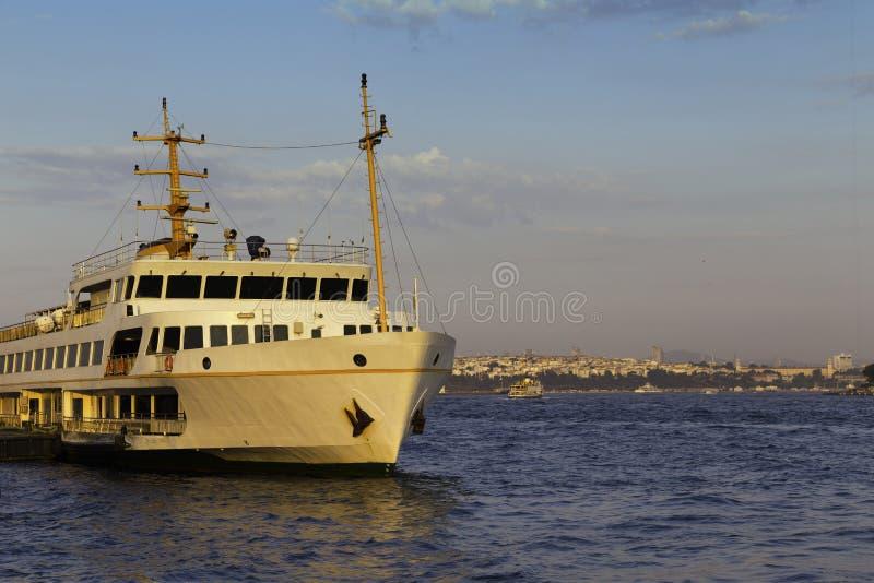 Passagierschiff parkte auf goldenen Stundenzeiten Karakoy-Piers nahe goldenem Horn in Istanbul lizenzfreies stockbild