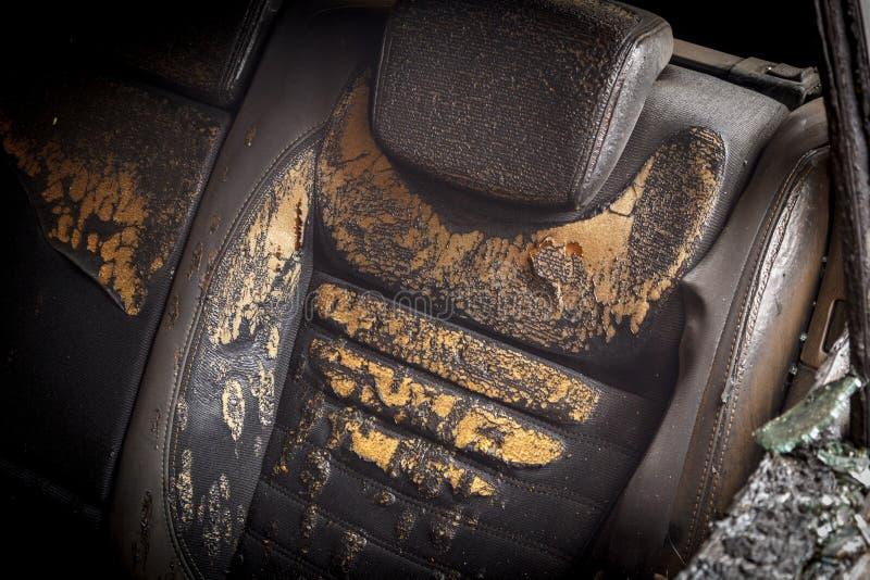 passagierscompartiment na de brand, onderaan delen van de auto gedeeltelijk wordt gebrand die stock foto