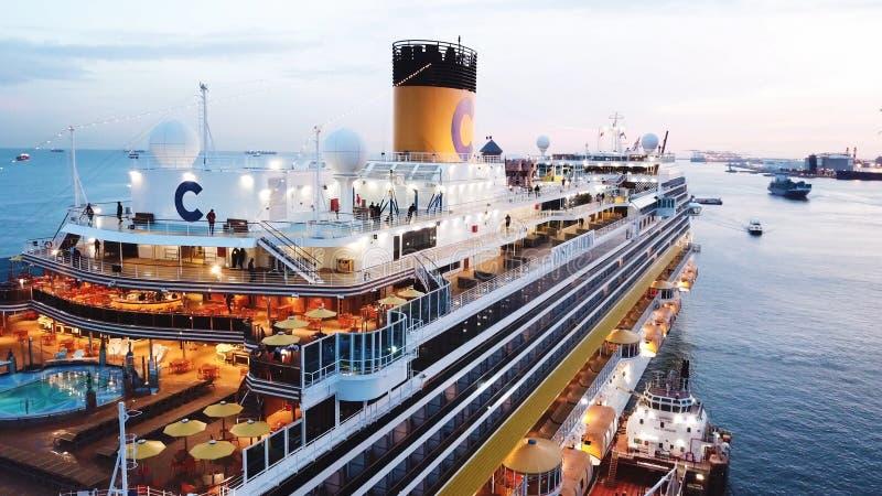 Passagierscruise overvol schip in zonsondergang voorraad Satellietbeeld van een groot cruiseschip met mensen op het hogere dek en royalty-vrije stock foto