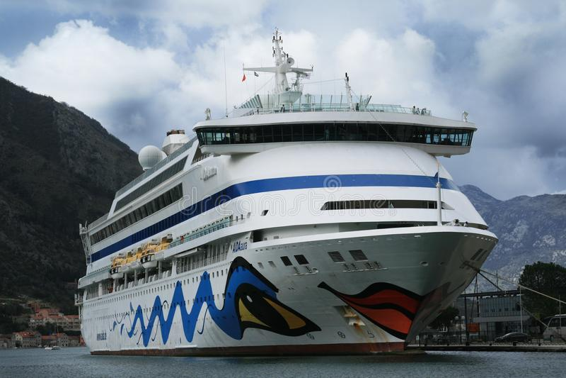 Passagiersschip Aida Aura in de haven van kotor-Montenegro wordt aangelegd die stock foto
