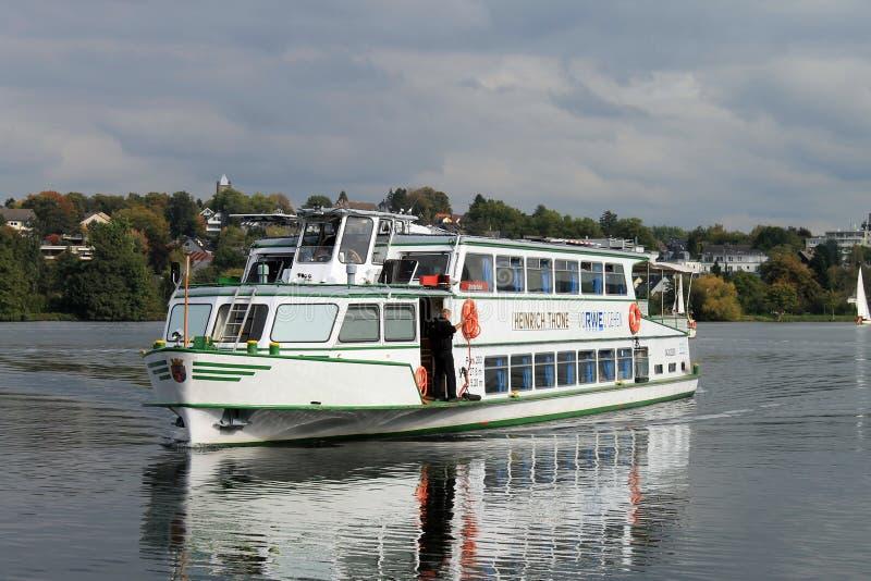 Passagiersschip op Baldeneysee in Essen stock foto's