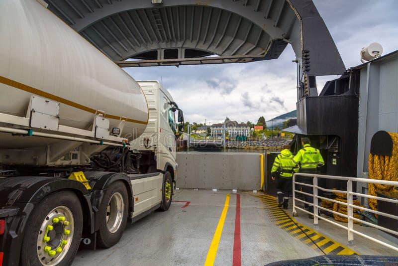 Passagierstandpunkt der Autoplattform der Fähre auf Fjord in Norwegen stockfotografie
