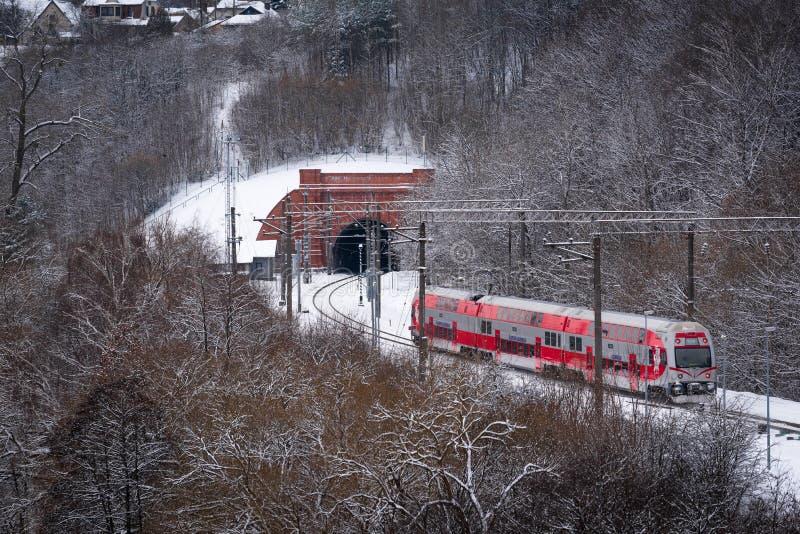 Passagierstrein die naar de tunnel op weg zijn royalty-vrije stock foto