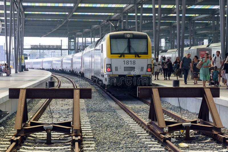 Passagierstrein kwam aan op het station in Ostend Rails, treinen, toeristen op een hete zonnige dag royalty-vrije stock afbeeldingen
