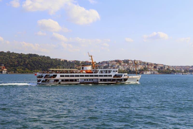 Passagiersveerboot in Bosporus, Istanboel, Turkije stock foto