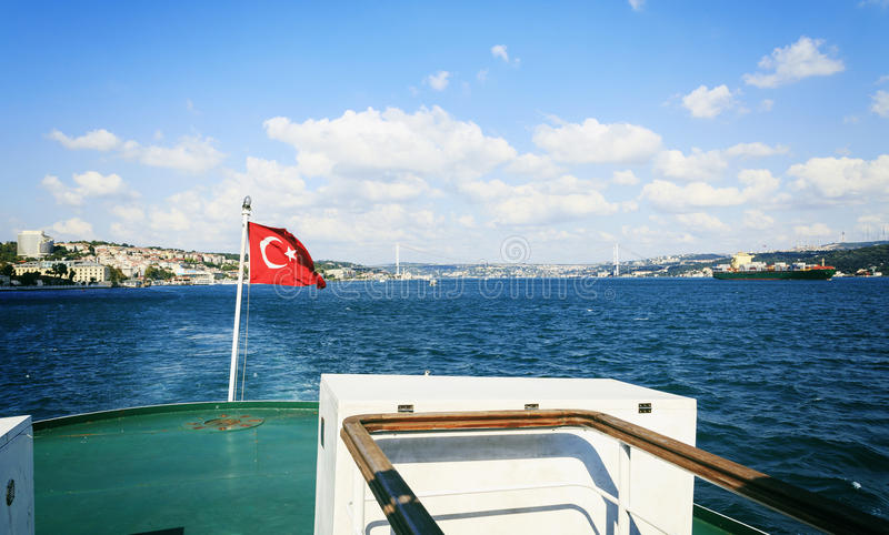 Passagiersveerboot in Bosporus, Istanboel, Turkije royalty-vrije stock afbeelding
