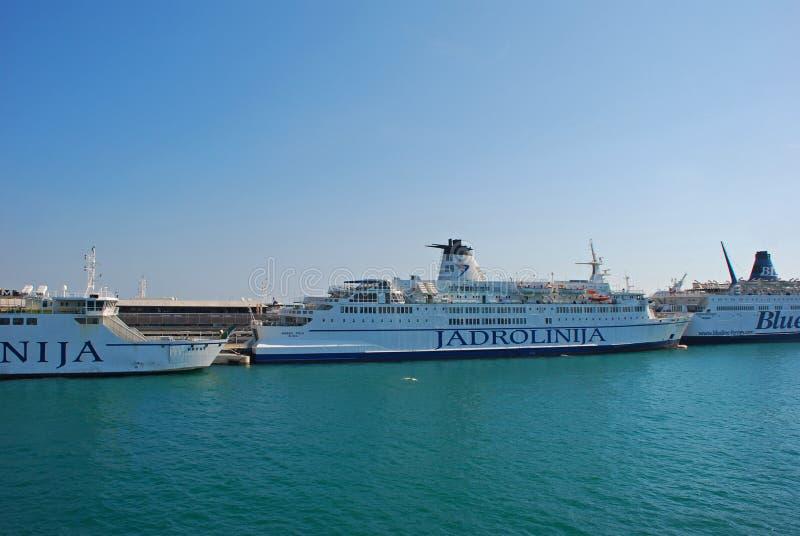 Passagiersveerboot in Kuststad van Kroatië stock foto's