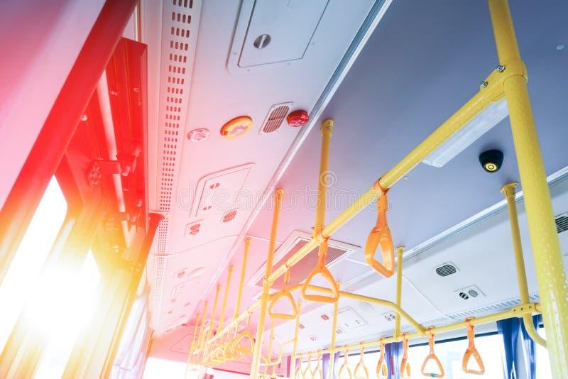 Passagiersvervoerbinnenland Handvatten voor passagiers Hangende handvathouders in vervoer Vervoerleuning Veiligheidsmateriaal van royalty-vrije stock foto's