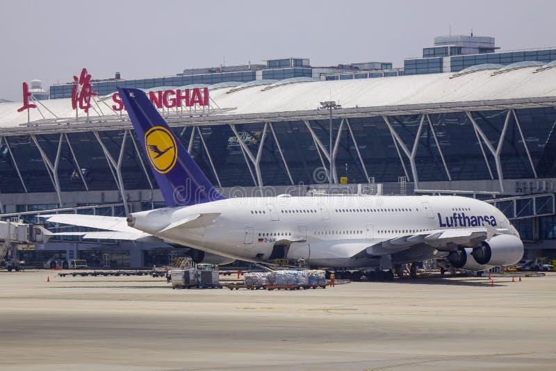 Passagiersvliegtuig bij de luchthaven stock fotografie